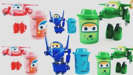 从彩色玩具桶中变出小汽车和糖果