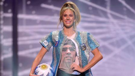阿根廷性感超模致敬马拉多纳:抱足球走秀 身披蓝白10号球衣