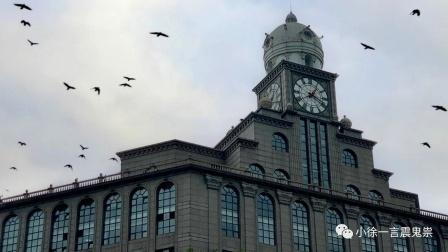 正弘城广场对面的交通银行钟楼晚9点 (整点有报时)