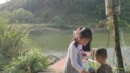 农村小伙在家养殖,女儿侄子跟着去喂鱼,一路玩嗨了