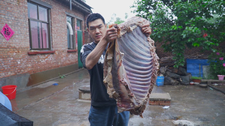 """阿远炖了15斤驴排骨,下雨天做道""""手把驴排""""吃,仨人直接下手吃"""