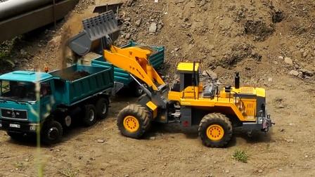 工程车开个啦,双挂大卡车和装载车运输泥土,两辆挖掘机