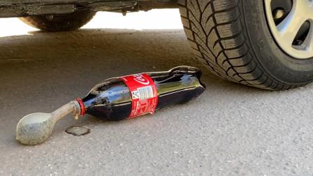减压实验:车轮碾压牙膏、可乐等 来听声音解压呀