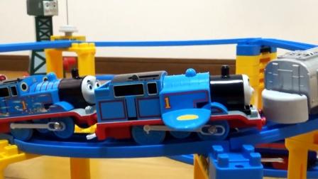 组装好多辆 托马斯火车,高架桥货场站台,小火车开起来真好看