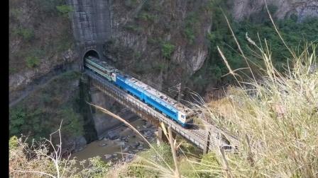 成局西段SS40118+SS35188货列通过凌云壁