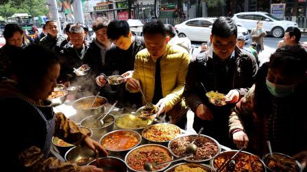 贵阳大姨卖盆饭,25道全肉菜,15元一人任性吃,红烧肉用拖车上