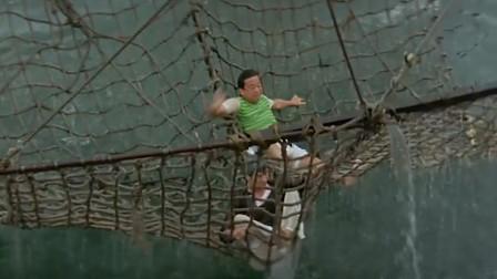 两小伙被警察追,无路可走直接跳海,没想到却是自投罗网!
