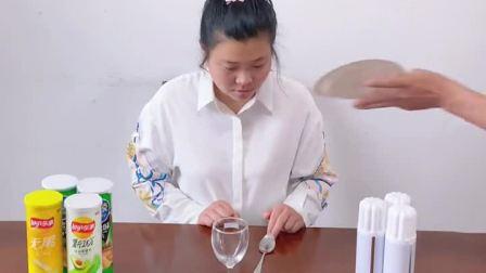 把勺子弹到杯子里面,你行吗?
