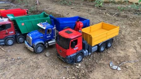 工程车队铺路,自卸车挖掘机机运输泥土