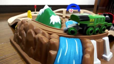 组装盘山轨道,好多辆不同款式小火车玩具