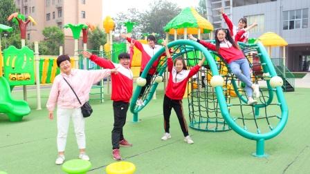 奶奶带孩子们来游乐场,几人玩的非常开心
