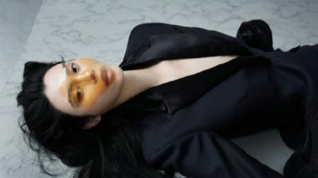 奚梦瑶怀二胎后首拍大片,挺孕肚凹高难度造型,大展超模风范