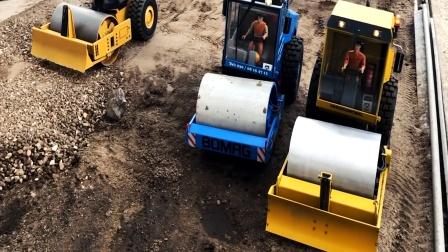 遥控工程车铺路,三辆压路车修正路面,两辆自卸车运输沙子