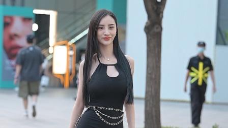 这款无袖黑色礼服长裙,很容易忽略脚下10厘米的尖头细跟鞋