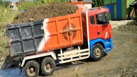 趣味益智玩具 工程车卡车运输泥土经过泥潭