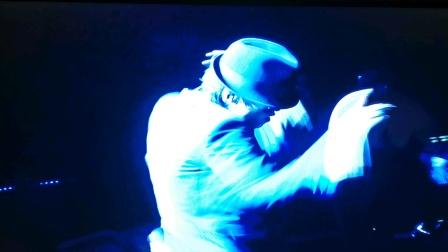 你见过方大同跳舞吗?而且跳的还是迈克杰克逊的那种,哈哈哈!