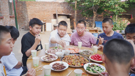 孩子同学来家玩,阿远羊肉、牛蛙安排上,十个人吃的相当豪横