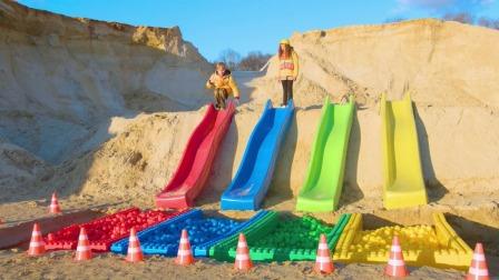 小萌娃在沙子上做了一个好大的滑滑梯