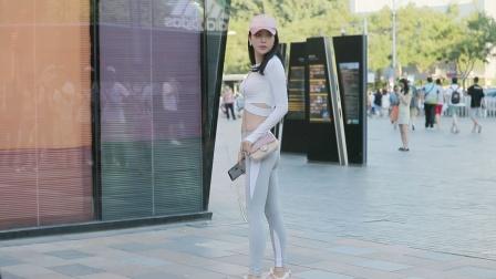 灰色瑜伽裤,身材苗条的姑娘,搭配短衣长袖衬衣
