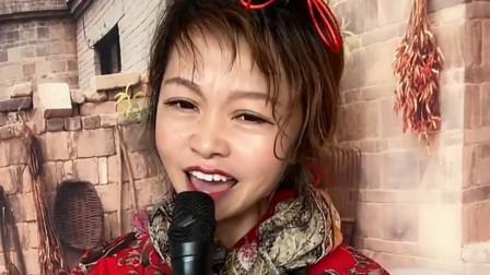 农村媳妇翻唱一首《我热恋的故乡》,太好听了,一开嗓就惊艳!