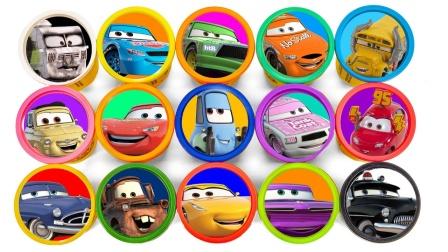 打开盒子展示麦昆小汽车玩具