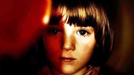 小女孩半夜对着镜子狂笑,原因竟然是玩偶,看完你还敢抱着睡吗?