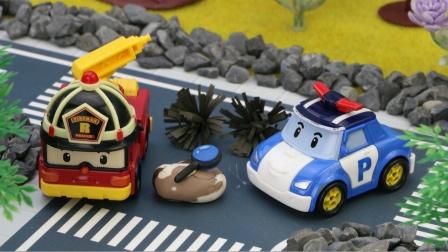 小猪佩奇和孩子们发现草堆着火了,变形警车救援队来灭火