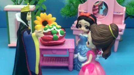 王后给白雪准备了大蛋糕,贝儿看到非要吃