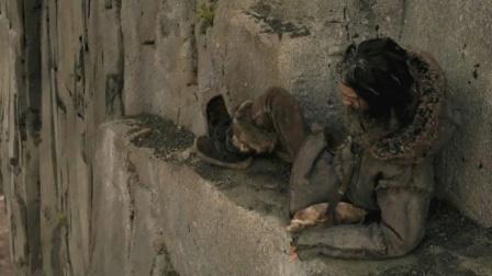 小伙摔下悬崖,醒来后发现被困在断壁上,一不小心就会掉进深渊!