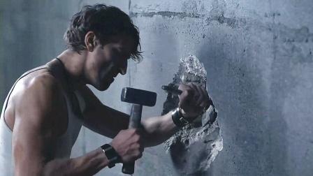 小伙被困在密室,为了活着生吃蛆虫,凿开墙却陷入了绝望!