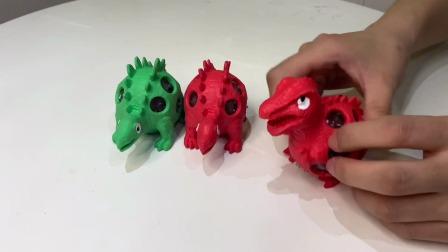 玩具故事:双胞胎小恐龙偶遇到霸王龙