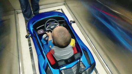调皮奶爸跟2岁萌娃抢玩具,宝宝百般不舍,气出眼泪来