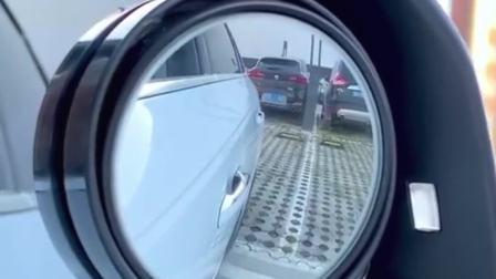 有了这个倒车镜辅助镜,轻松看到后方情况,倒车时更安全