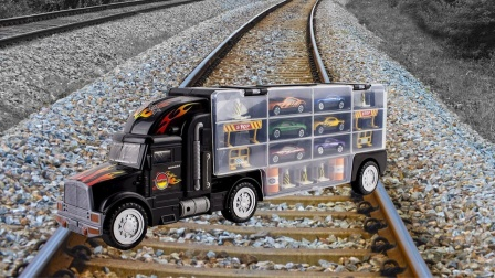 将卡车玩具放在轨道上会发生什么?老外实测,画面太刺激了!