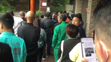 早上6点邵阳大祥区百春园社康中心市民排长龙打新冠疫苗