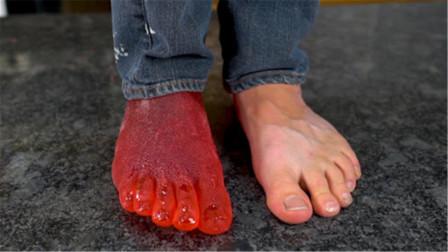 舔自己的脚究竟是啥感觉?老外用糖水制作脚模,舔起了自己的脚趾