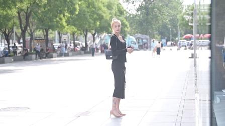 开叉长裙搭配裸色尖头细跟鞋,模特身材穿着更美
