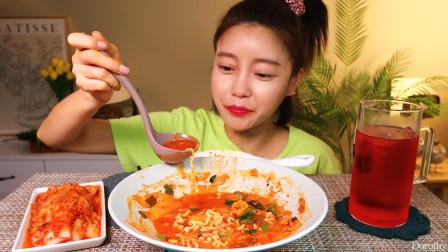 制作海鲜辣味拉面,鲍鱼、虾、木耳入锅翻炒的味道忍不住流口水!