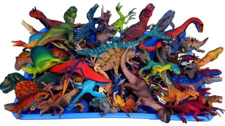 彩色侏罗纪恐龙挂坠和手办模型玩具展示