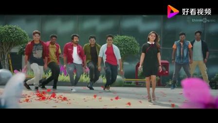 印度电影《本地先生》三个版本歌舞串连,歌曲一样而由不同演员拍摄的舞蹈,哪个更好一些呢?感觉各具特色各有千秋,都不错,不过第一个毕竟是大牌明星出演,比较奢华精致。
