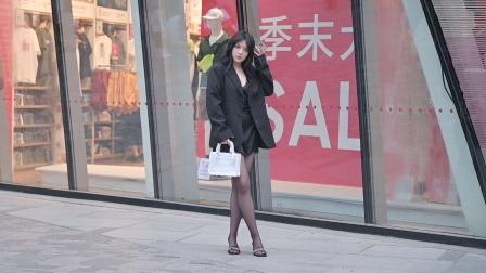 黑色丝袜搭配细跟凉拖,夏初时节的小姐姐很会搭配