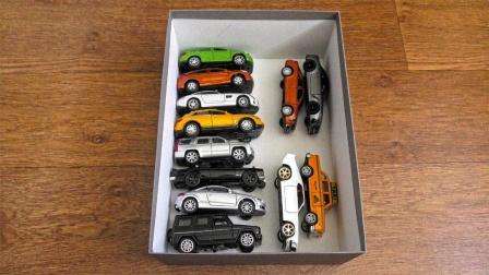 从盒子里拿出各种彩色玩具车