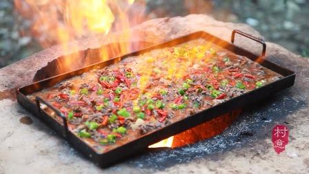山里小伙吃鸭胗,用铁板上火烤,吃得好过瘾