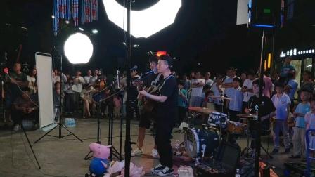 你的答案,野么嘿时,夜马黑组合现场演唱。(短视频)