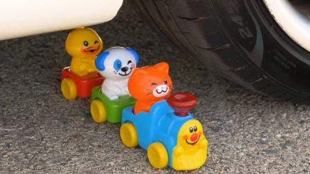 把玩具小火车、小猫小狗等放在车轮下碾压,看着好解压