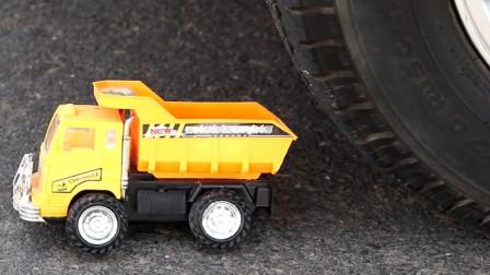 把玩具小卡车、铲子等放在车轮下碾压,看着好解压