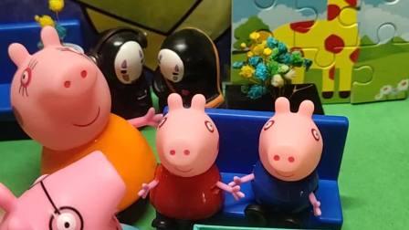 佩奇和乔治都非常期待猪爸爸钓一条金鱼