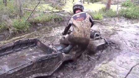 户外探险车却陷入淤泥,还好有惊无险,看着都害怕!