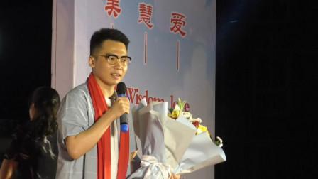 张皓强为基层社区演唱歌曲《我和我的祖国》