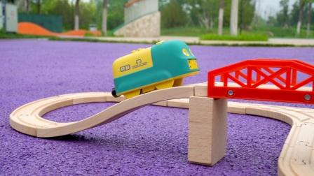 儿童益智轨道车:组装木质轨道,卡通小火车试玩,轨道玩具开箱